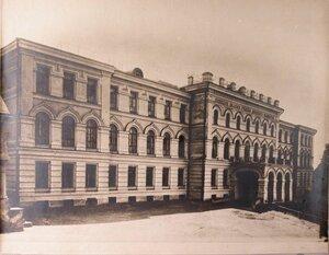 Общий вид здания женского училища Духовного Ведомства, где был устроен военный госпиталь.
