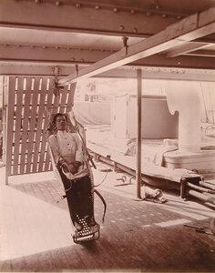 Носилки системы доктора Оффре, предназначенные для перемещения раненых по палубе плавучего госпиталя Орел в вертикальном положении.