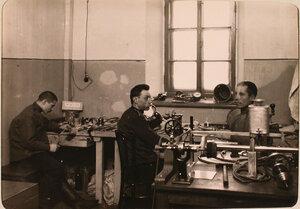 Нижние чины авиароты за работой в оптической мастерской.