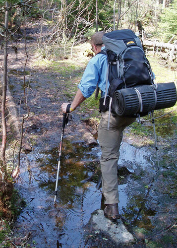 Переход ручья с трекинговыми палками