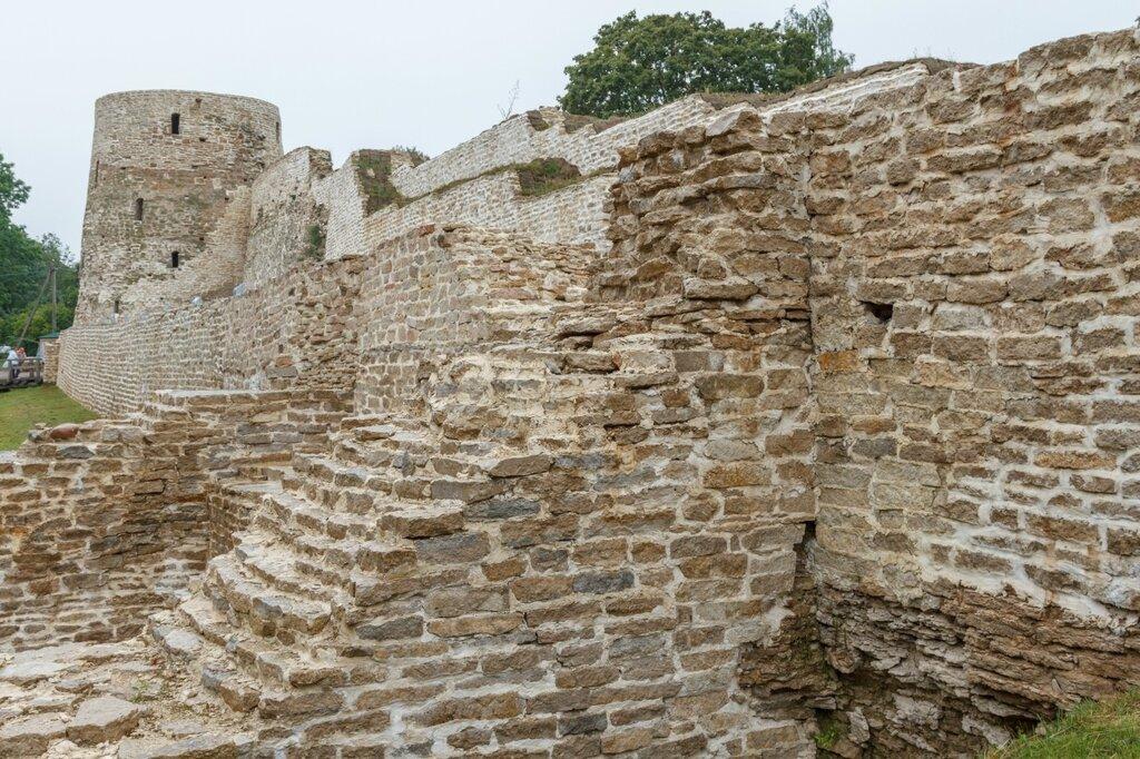 Плоская башня, Изборская крепость