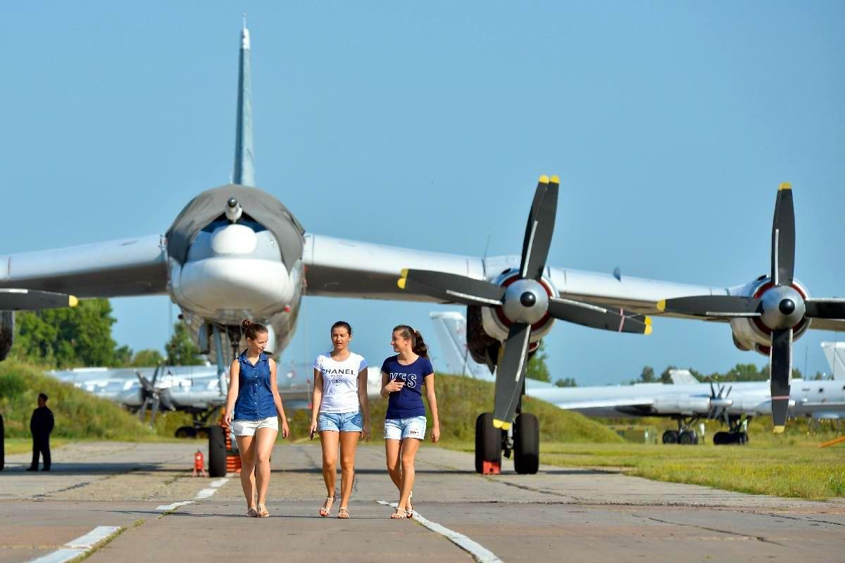 После выполнения полетного задания: Экипаж стратегического бомбардировщика дефилирует по летному полю