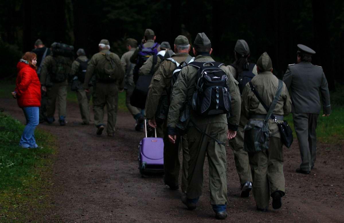 Еще одна группа туристов, переодетых в форму солдат, прибывает на территорию экскурсионного центра