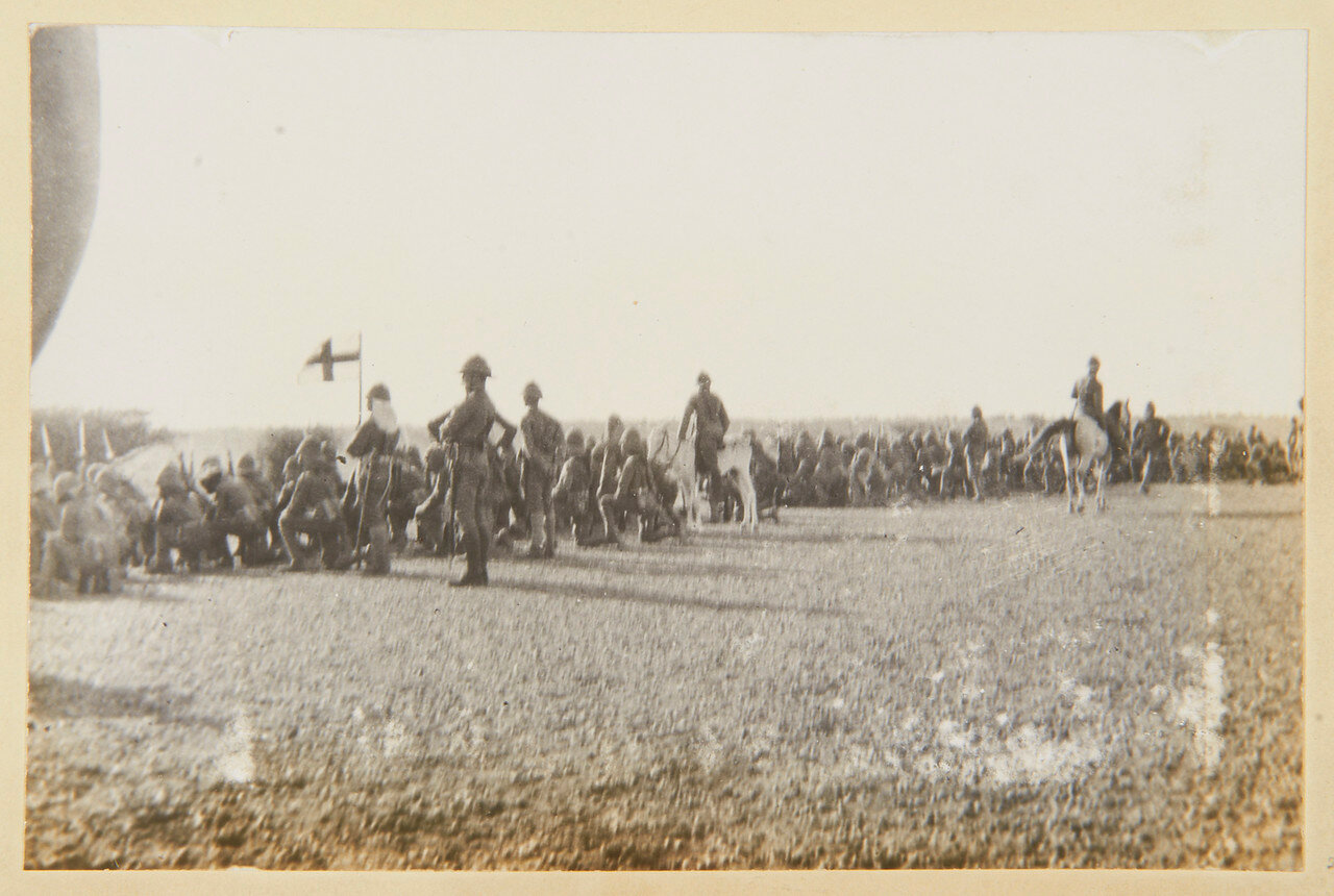 15 августа 1898. Лагерь Атбара. Королевские нортумберлендские стрелки и Гвардейский гренадерский полк; адъютант лейтенант Гаскойн на ослике