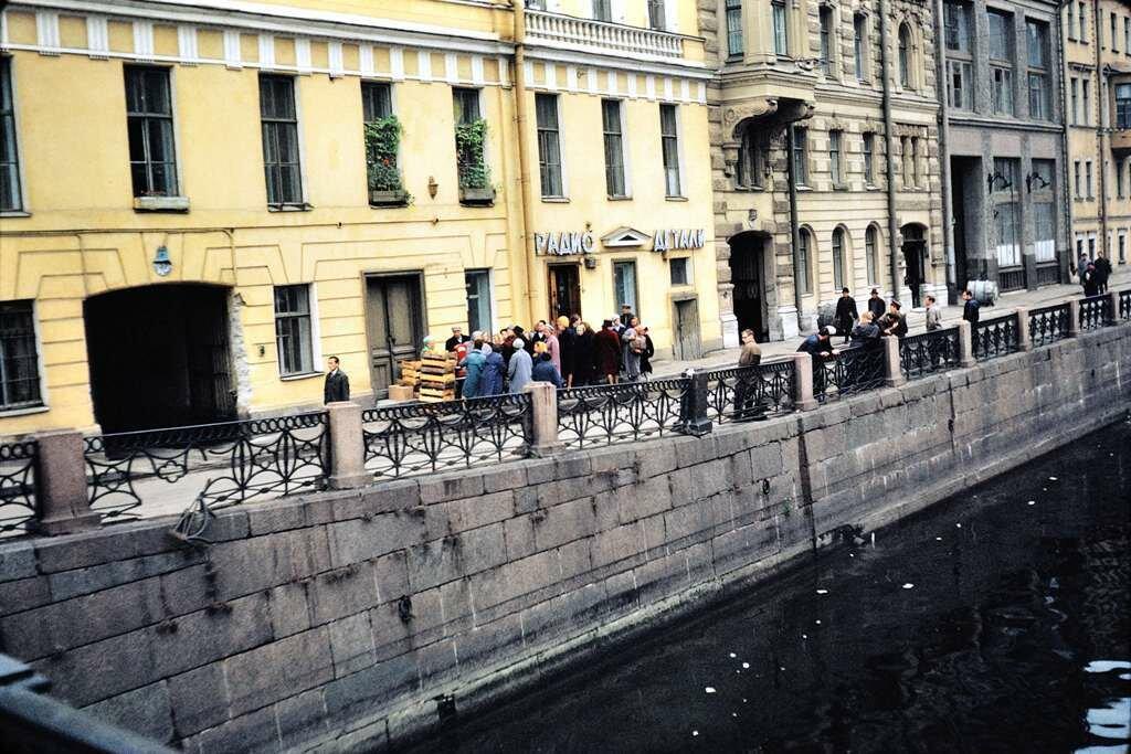 Russians queue up for fresh fruit.  Leningrad.  9/26/68