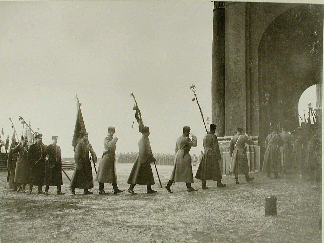05. Высшие офицерские чины переносят знамена от Иордани в Зимний дворец