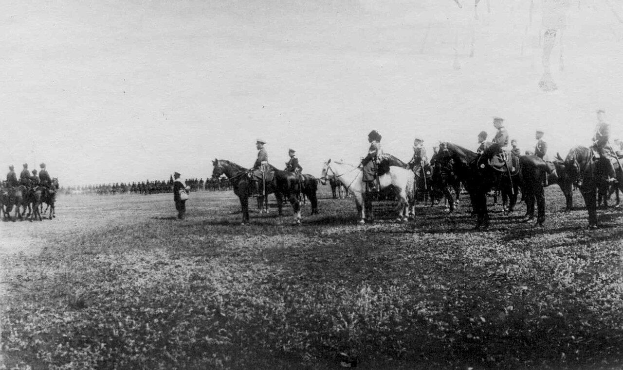 29. Император Николай II на смотре казачьих войск перед отправкой их на Дальний Восток.Харьков