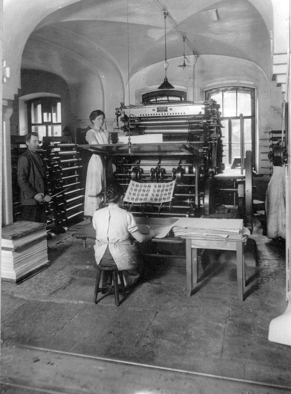 04. Группа рабочих у машины.  1913