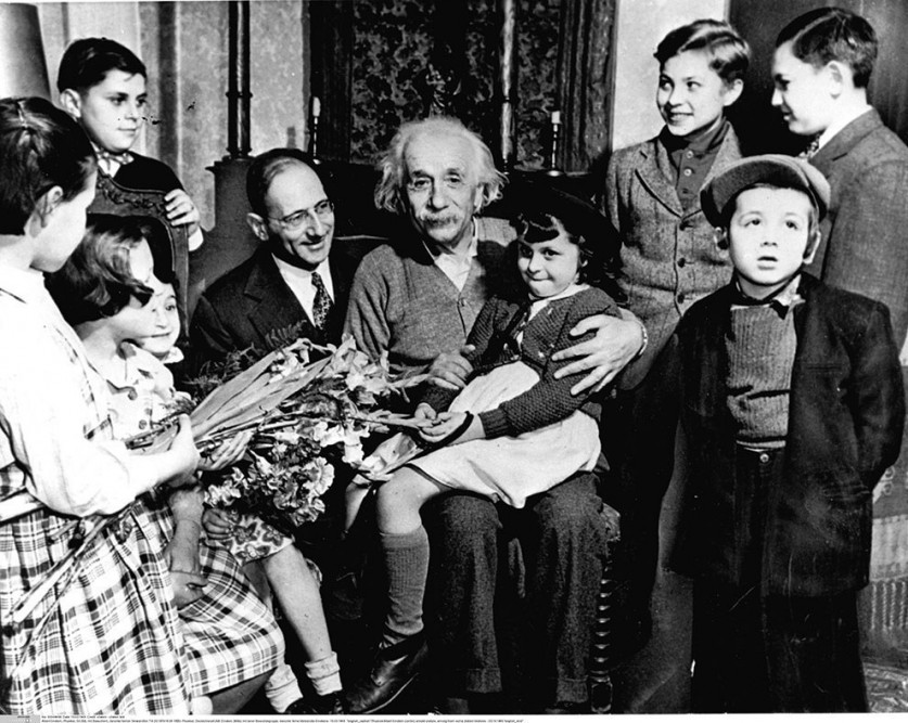 Эйнштейн с группой еврейских детей-беженцев, Принстон, 1941.