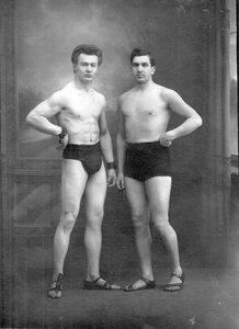 Боксер Л.А.Чаплинский (слева) со спортсменом
