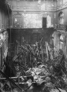 Внутренний вид разрушенного пожаром здания театра.