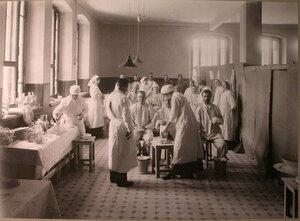 Врачи и медицинские сестры за перевязкой раненых в перевязочной лазарета,устроенного в Ермаковском ночлежном доме.