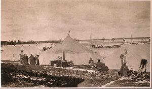 Солдаты у палаток перевязочно-питательного пункта №15, организованного отрядом Красного Креста В.М.Пуришкевич.