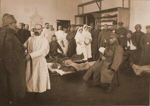 Медицинский персонал госпиталя провожает выздоравливающих бойцов после выписки из госпиталя.
