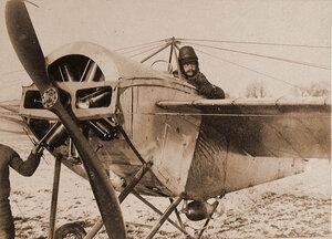 Военный лётчик отряда в открытой кабине летательного аппарата перед боевым вылетом для бомбардировки объектов противника.