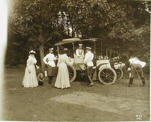 Члены императорской фамилии у автомобиля
