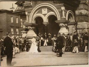 Император Николай II, императрица Александра Фёдоровна, министр императорского двора барон В. Б. Фредерикс (за императором), члены императорской фамилии и военные чины направляются в храм во время церемонии освящения