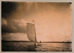 Яхта в заливе в окрестностях имения Монрепо.