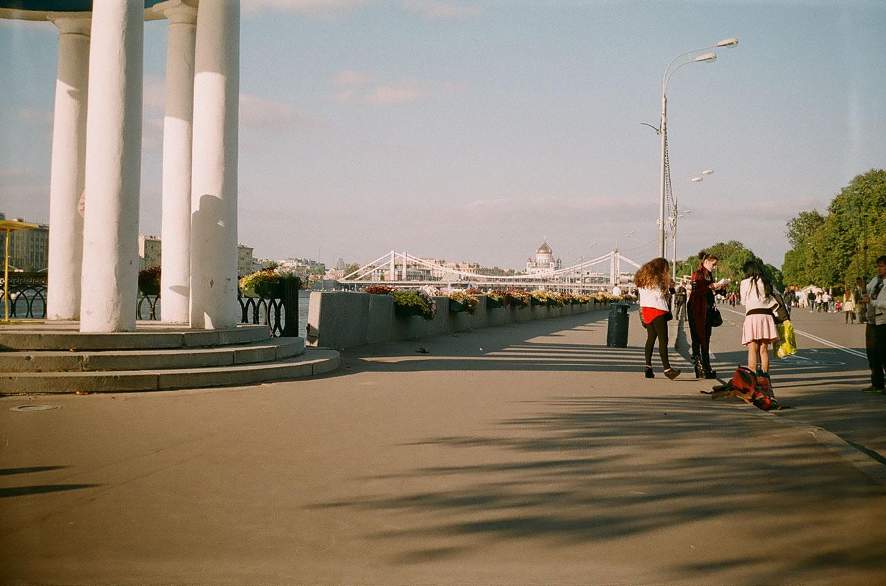 Наьережная в парке Горького. Виден Крымский мост и ХСС. Снято Смена 8м