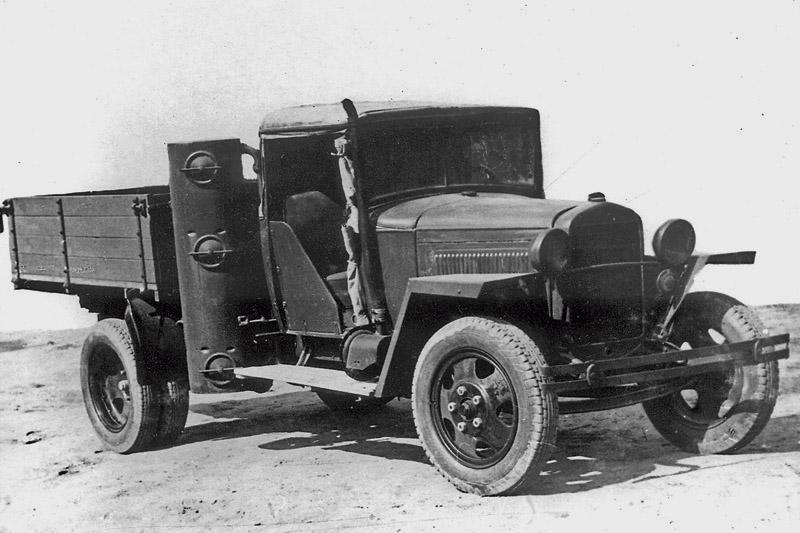 ГАЗ-ММ-42 военных лет с деревянными дверями и полусапальным газогенератором для езды на дровах