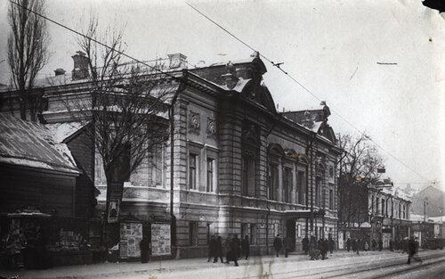Третья студия МХТ.Так выглядел в начале 1920-х небольшой каменный особняк по адресу Арбат, 26, после революции переданный Третьей студии МХТ, которой руководил Евгений Вахтангов. Капитальной перестройки не было.