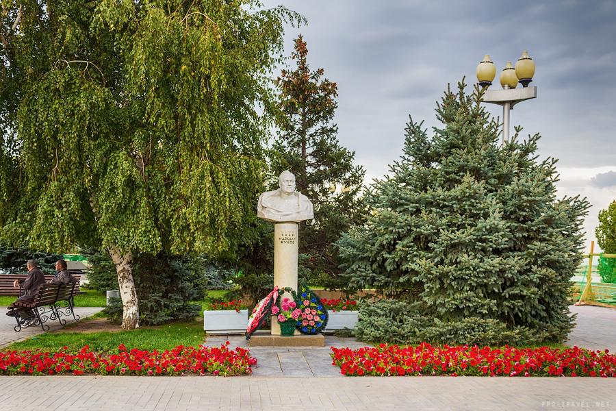 Волгоград, Бюст Жукова возле музея