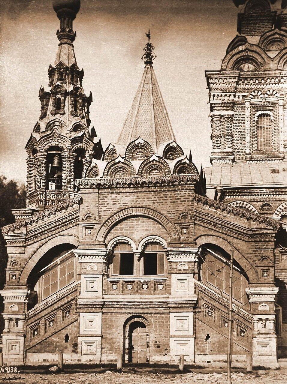 Вид части фасада и вход в церковь Живоначальной Троицыg