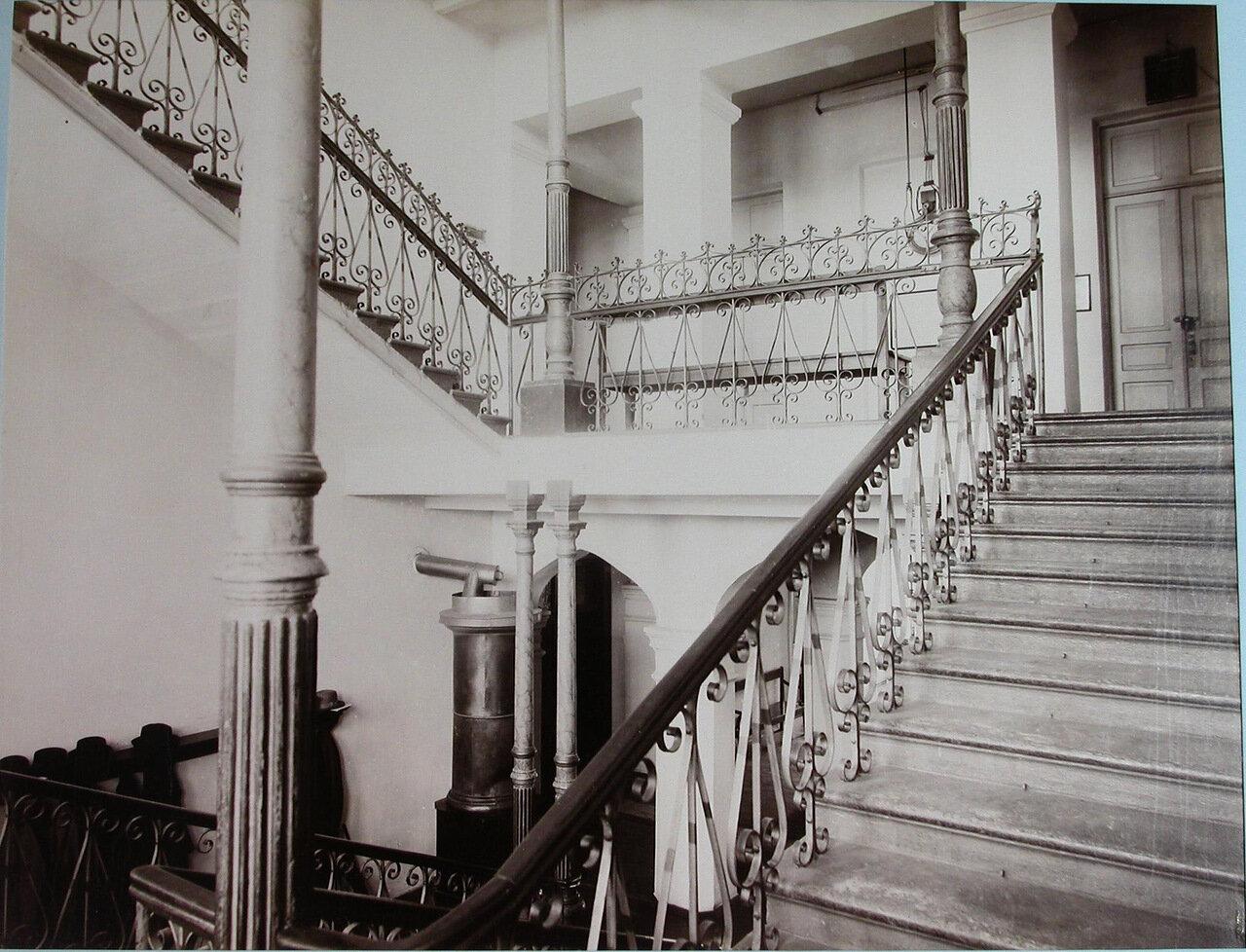 04. Вид части главной лестницы в вестибюле Киевского реального училища