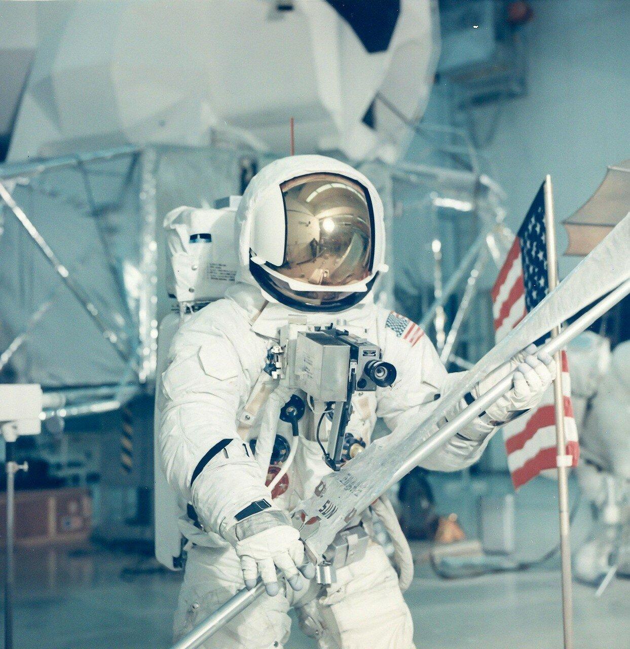 1970, февраль. Пилот лунного модуля — Хейз Фред Уоллес  имитирует выход на лунную поверхность во время тренировки