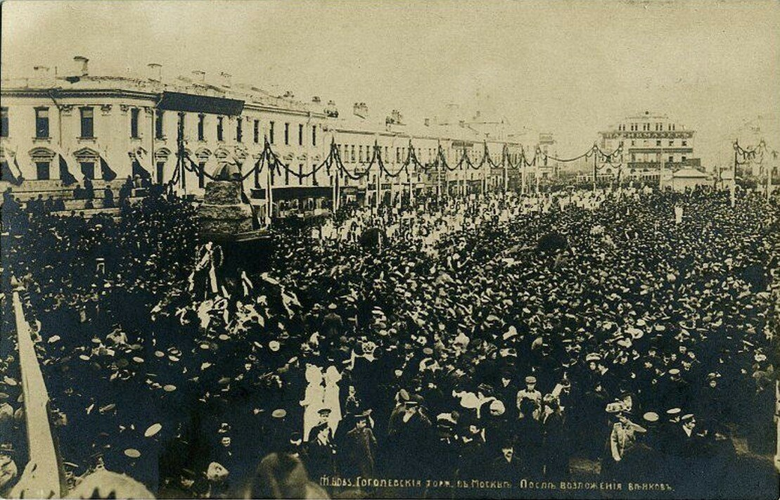 Арбатская площадь. Гоголевские торжества в Москве. После возложения венков