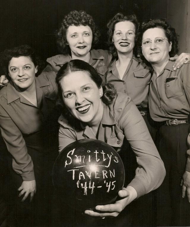 Smitty's Tavern bowling team, 1945.jpg