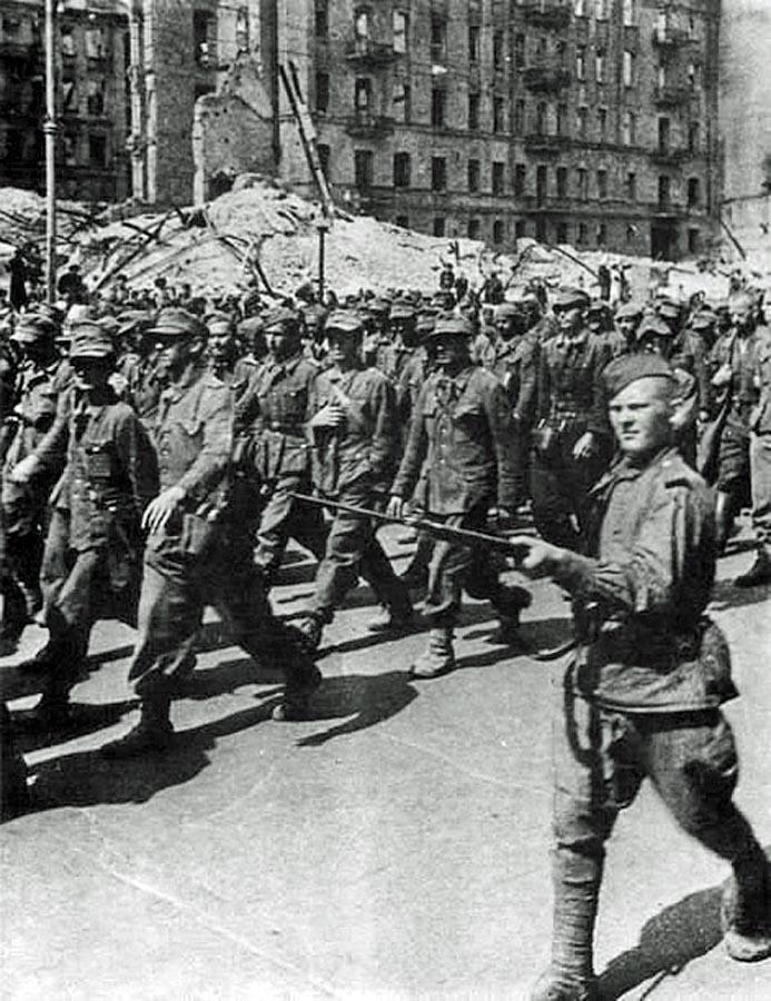 Пленных гитлеровцев проводят по улицам Киева. 16 августа 1944(13).jpg