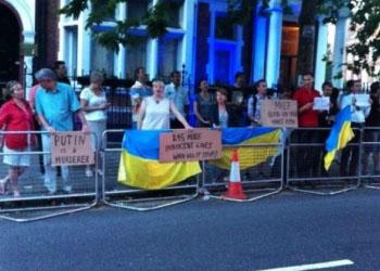У посольства РФ в Лондоне и Вашингтоне проходят антипутинские протесты