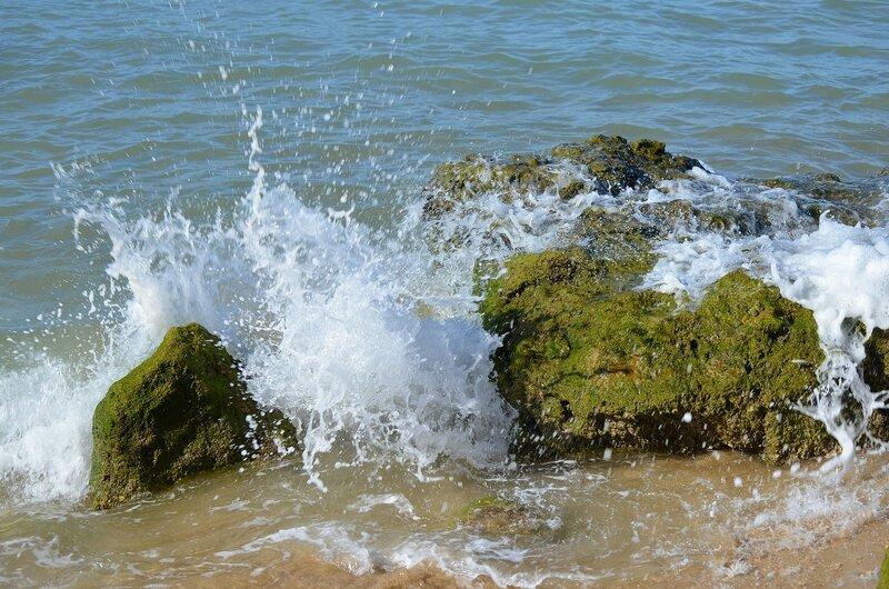 бьются волны о берег морской