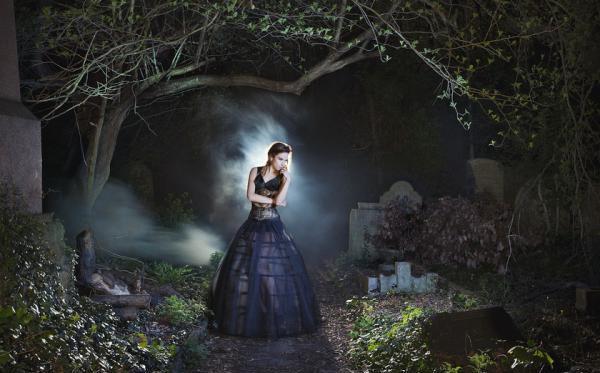 девушка в лесу на тропинке готика