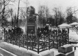 Общий вид могилы и памятника публицисту, социологу Н.К.Михайловскому (скульптор И.Я.Гинцбург).