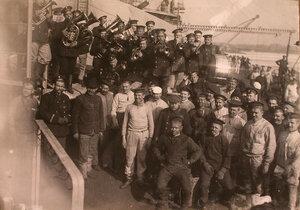 Матросы, нижние чины команды и духовой оркестр на палубе линейного корабля Севастополь.