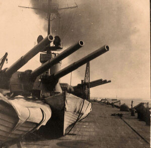 Шлюпки у орудийной башни линейного корабля Севастополь.