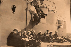 Группа членов команды линейного корабля Севастополь у казематных артиллерийских башен.