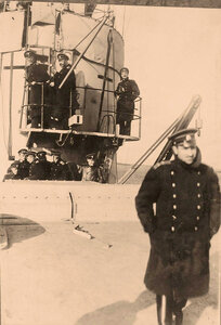 Офицеры на мостике у боевой рубки линейного корабля Севастополь.