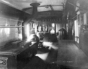 Внутренний вид вагона-кухни поезда
