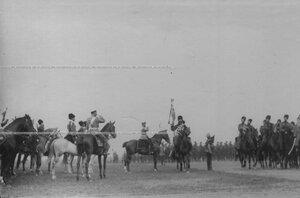 Собственный его императорского величества Конвой  проходит церемониальным маршем по полю.
