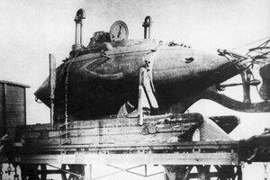 Подводная лодка лейтенанта Боткина транспортируется на Дальний Восток.