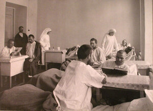 Раненые и сестры милосердия в одной из палат лазарета при Женском медицинском институте.