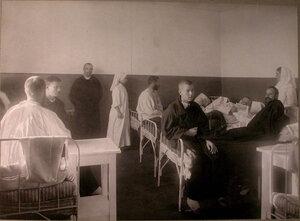 Раненые и сестры милосердия в палате лазарета Епархиального духовенства.