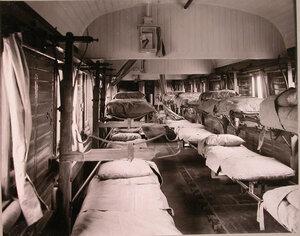 Внутренний вид вагона поезда, оборудованного для тяжелораненых.