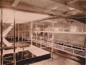 Общий вид одной из палаты для тяжелораненых на плавучем госпитале Орёл, оборудованной кроватями системы Хоскинс, ослабляющими действие качки.