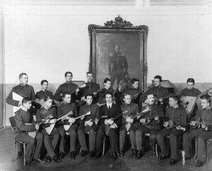 Группа лицеистов, занимающихся в музыкальном кружке.