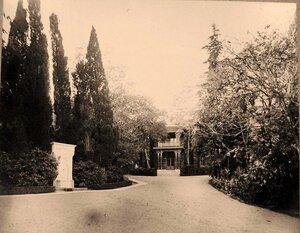 Вид фасада Свитского (Кавалерского) дома (архитектор И.А.Монигетти) и фонтана Ливадия (слева).