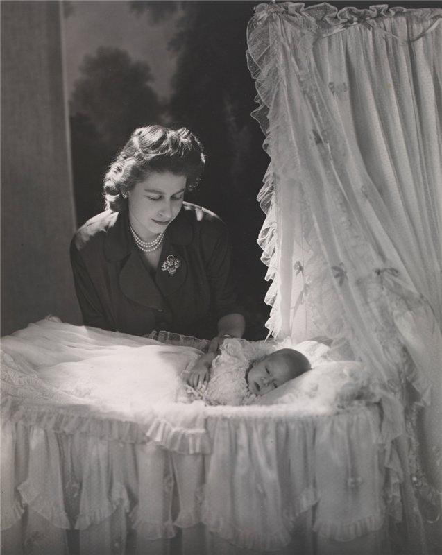 С новорожденным принцем Чарльзом, декабрь 1948 г.